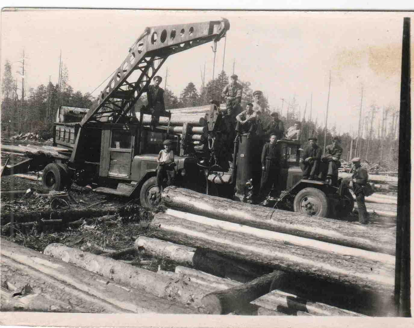 Автомобили ЗИС на погрузке и вывозке леса, п.Вандыш, 1950-е (3)