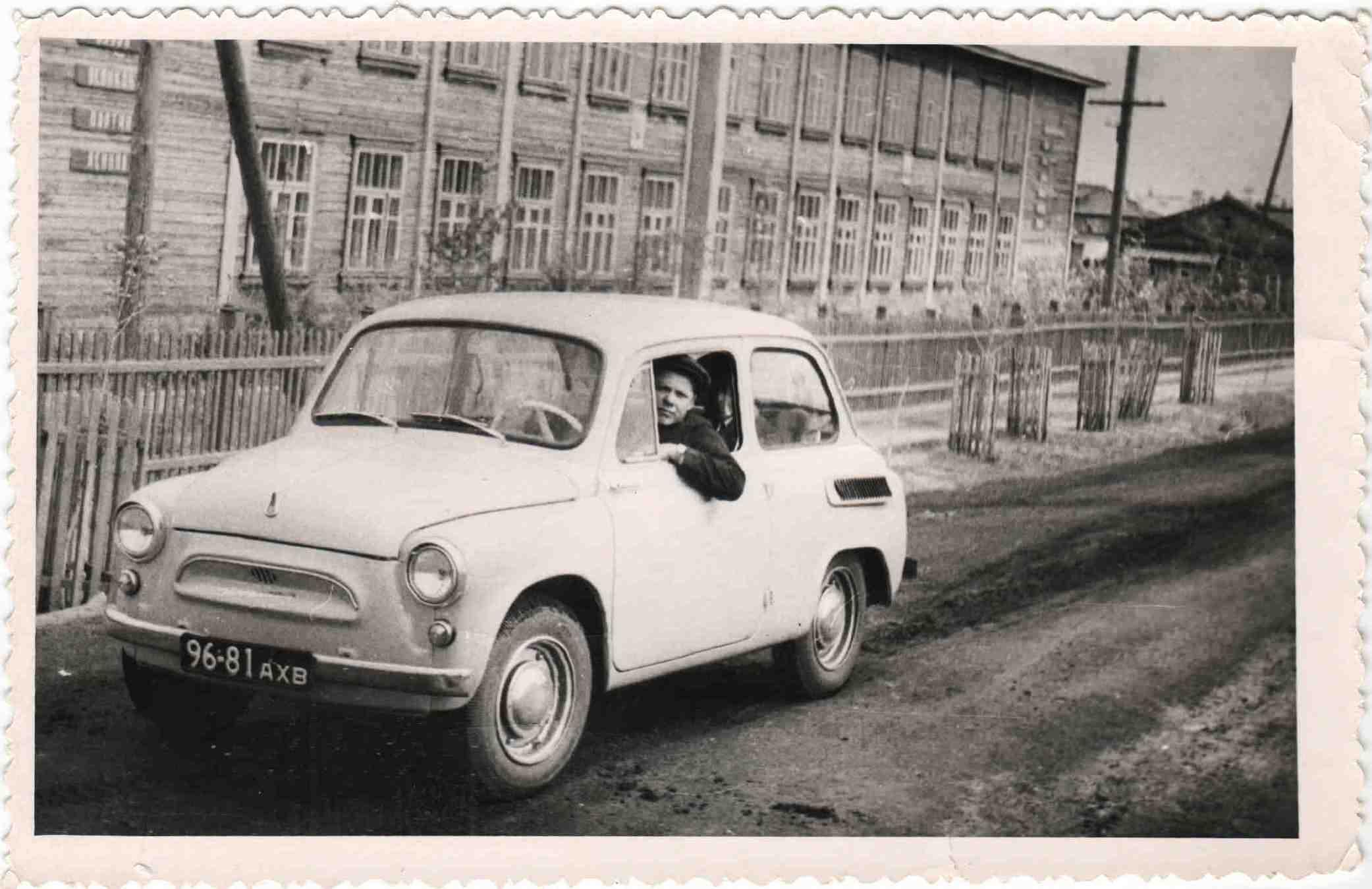 """п.Урдома. Легковой автомобиль """"Запорожец"""" (горбатый) купленный в 1967 году столяром прорабского участка Бахтиным И.П. одним из первых."""