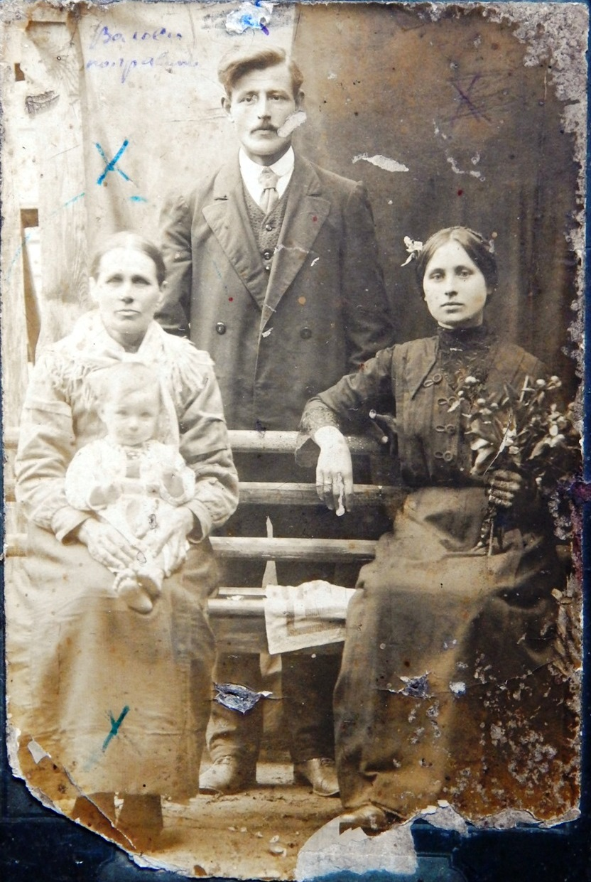 Фото 1916 года. Абражевич Антон Петрович (слава) и Ульяна Тимофеевна (справа), на руках у пожилой женщины Абражевич Мария.