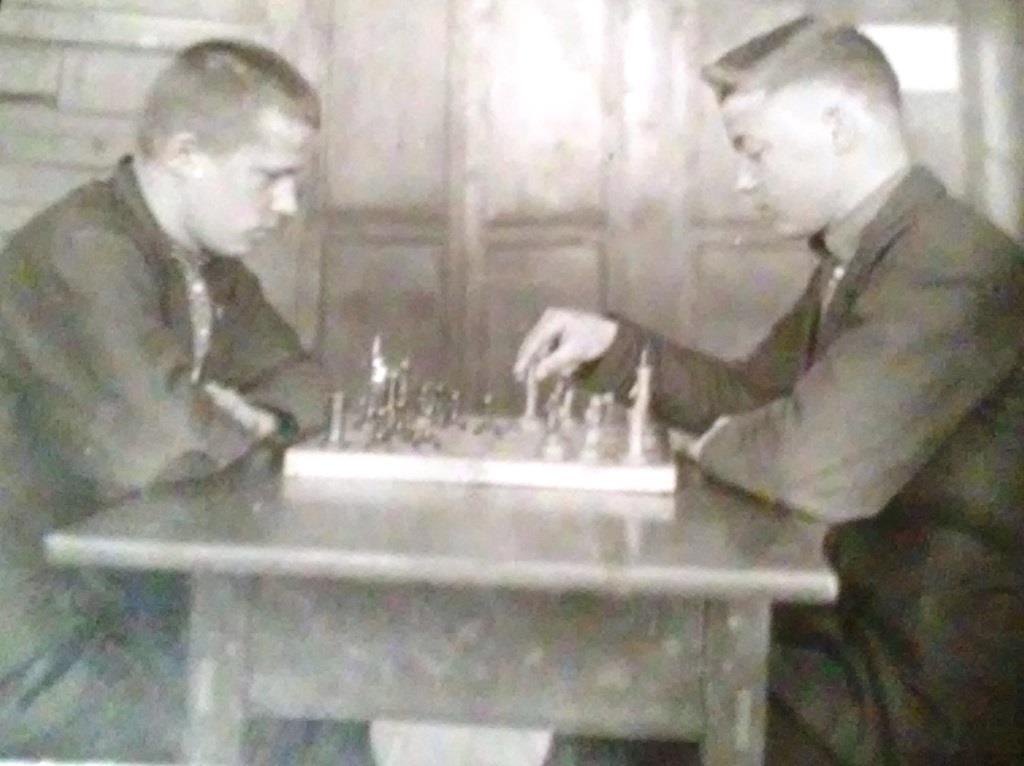 Годун В.М. (справа) за партией в шахматы). Апрель 1941.