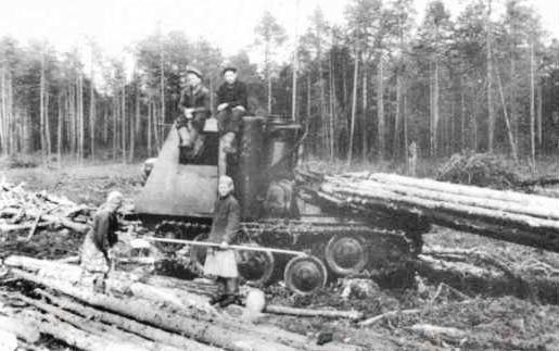Первый газогенераторный трактор КТ-12 в Вандышской делянке. Кон. 1940-х.