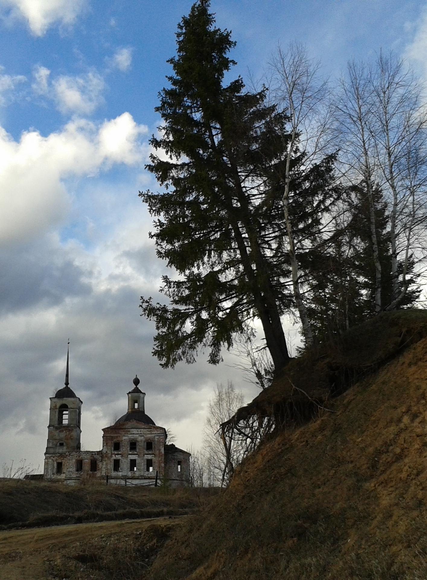 08.05.13. Деревня Урдома. Паромный причал. Церковь Воскресения Христова 1842 года постройки.