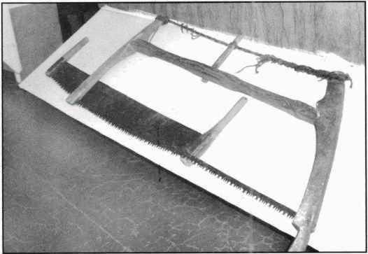 Лучковая пила и ее предшественница - двуручная. Яренский краеведческий музей.
