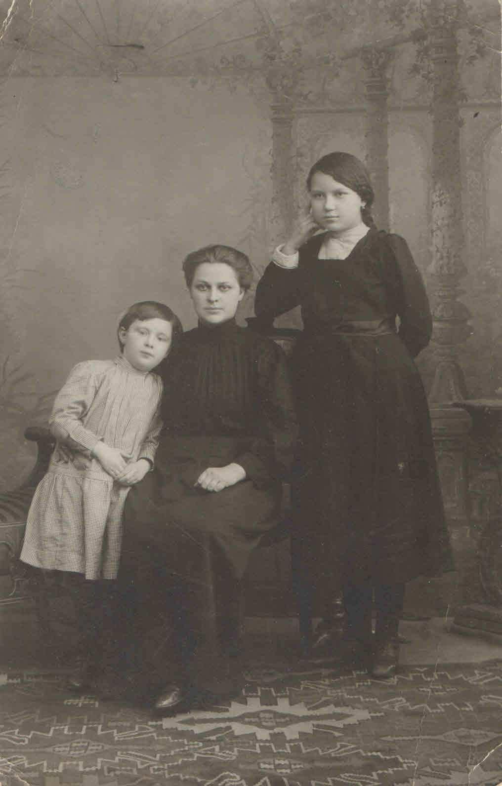 до 1931, Центрально-Черноземная область. Рядом Богомоловы Клавдия Николаевна (мать) и Антонина Александровна (дочь), а также няня. Семейный архив Геец (Богомолова) Ю.А., п.Урдома.