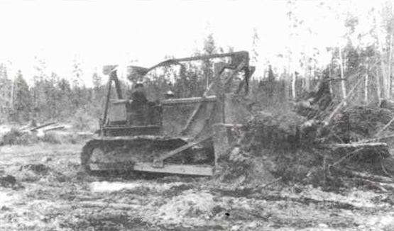 1958. Бульдозерист М.Дошенин из Вандыша на тракторе-бульдозере Сталинец С-80 равняет полотно автомобильной дороги.