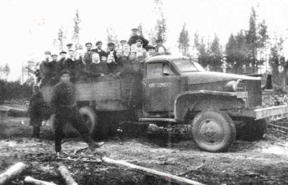 1959. Перевозка рабочих Вандышского лесопункта в лес на американском автомобиле Студебеккер.