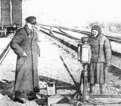 Сычев К.Е., начальник станции Урдома и передовая стрелочница В.Р. Козлобаева. ЛК, кон. 1950-х.