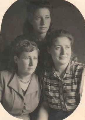 Таисия и Анна Абражевич, сразу по приезду с Севера. Рядом с ними двоюродная сестра.