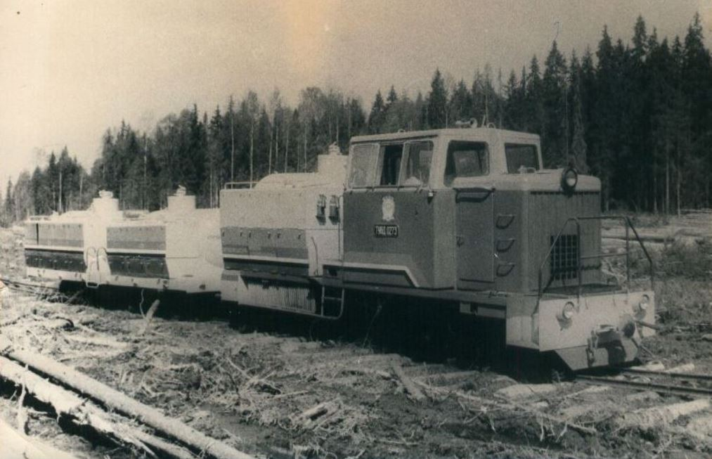 1) Урдомская УЖД. Тепловоз узкоколейный, тип - 6. (выпуск 1978-1988 годов, всего построено 389 машин), в оригинале - дрезина с гидравлическим краном-манипулятором и небольшой платформой. Данный экземпляр переделан в топливовоз /ЯКМ/. 2) Тепловоз-дрезина ТУ6Д-0273 с топливозаправочным поездом. Оригинальная подпись: «Топливозаправщик на базе дрезины ТУ6Д. Дизельное топливо, бензин, масла. Разработан НИИ в Архангельске» /infojd.ru/.