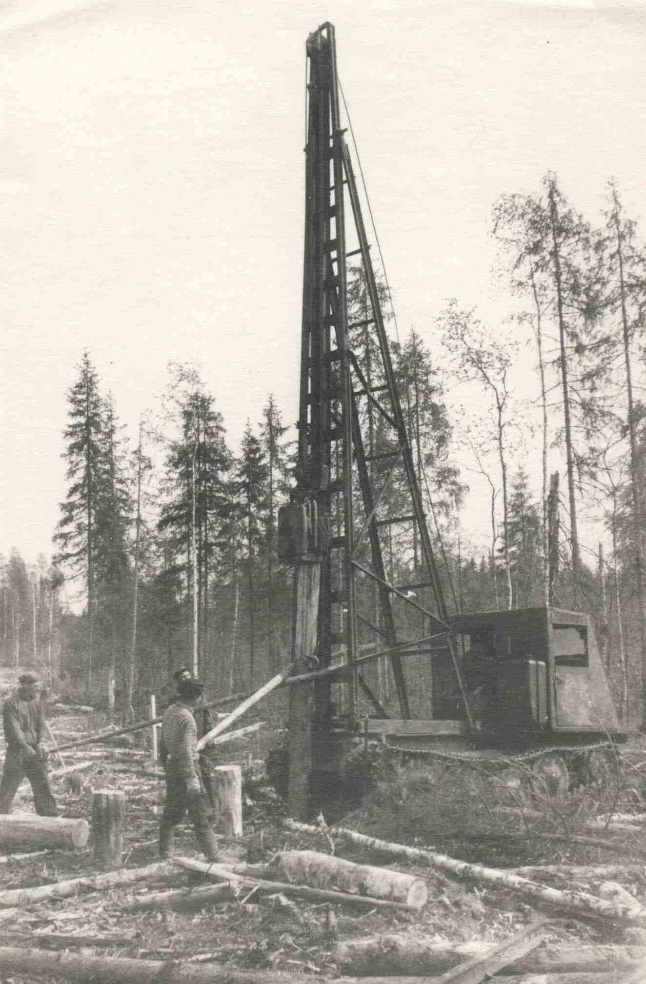 Трактор забивает деревянные сваи. Верхне-Лупьинский леспромхоз.