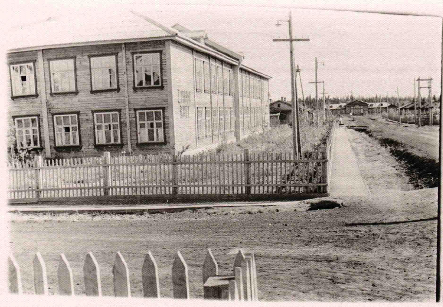 УСШ 1963-67. Надпись на стене школы - СЛАВА КПСС.