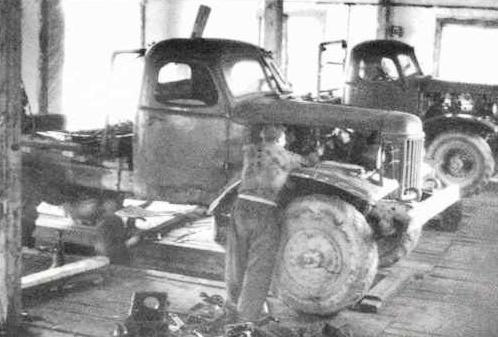 ЗИЛ-157, прозванная в народе семёра, в ремонтных мастерских В-Лупинского леспромхоза.