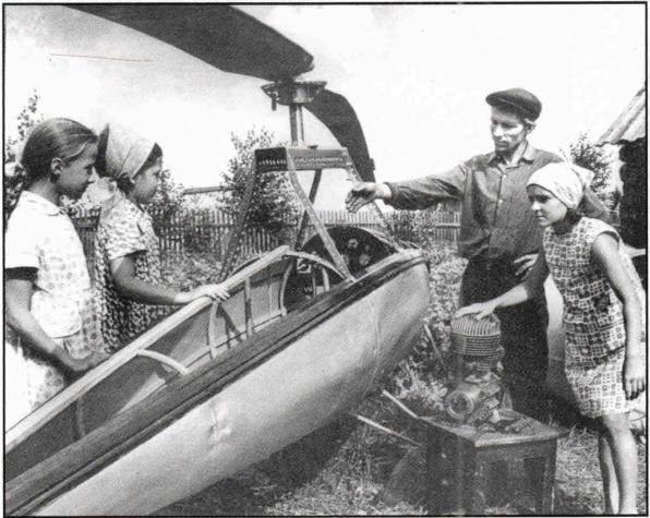 1963, п.Урдома. Иван Николаевич Захаров показывает свой будущий вертолет.