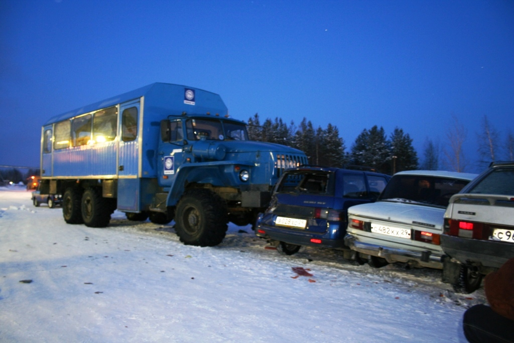 ДТП 14.02.06 в 18 ч 24 мин на автостоянке КС-13. Урал (водитель Дзюба В.) собрал несколько машин плотненько.