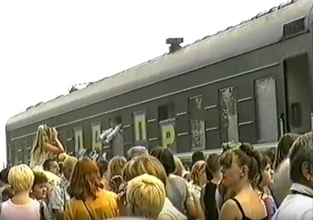 июль 2001, п.Урдома. В.В.Жириновский раздает автографы жителям поселка ..