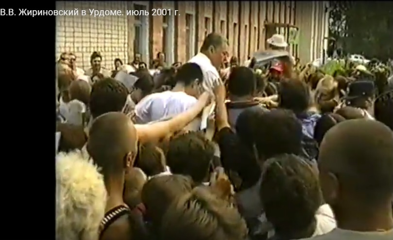 июль 2001, п.Урдома. В.В.Жириновский раздает автографы жителям поселка.