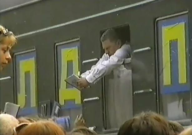 июль 2001, п.Урдома. В.В.Жириновский раздает автографы жителям поселка