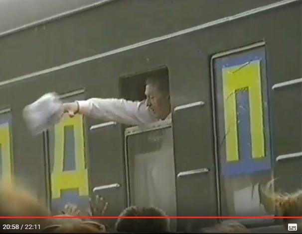 июль 2001, п.Урдома. В.В.Жириновский раздает партийную литературу.