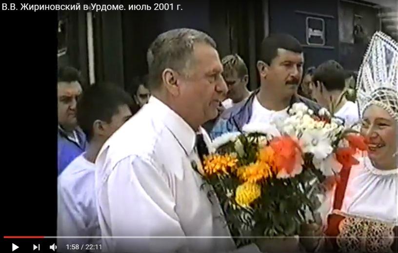 июль 2001, п.Урдома. Жители поселка встречают В.В.Жириновского с цветами.