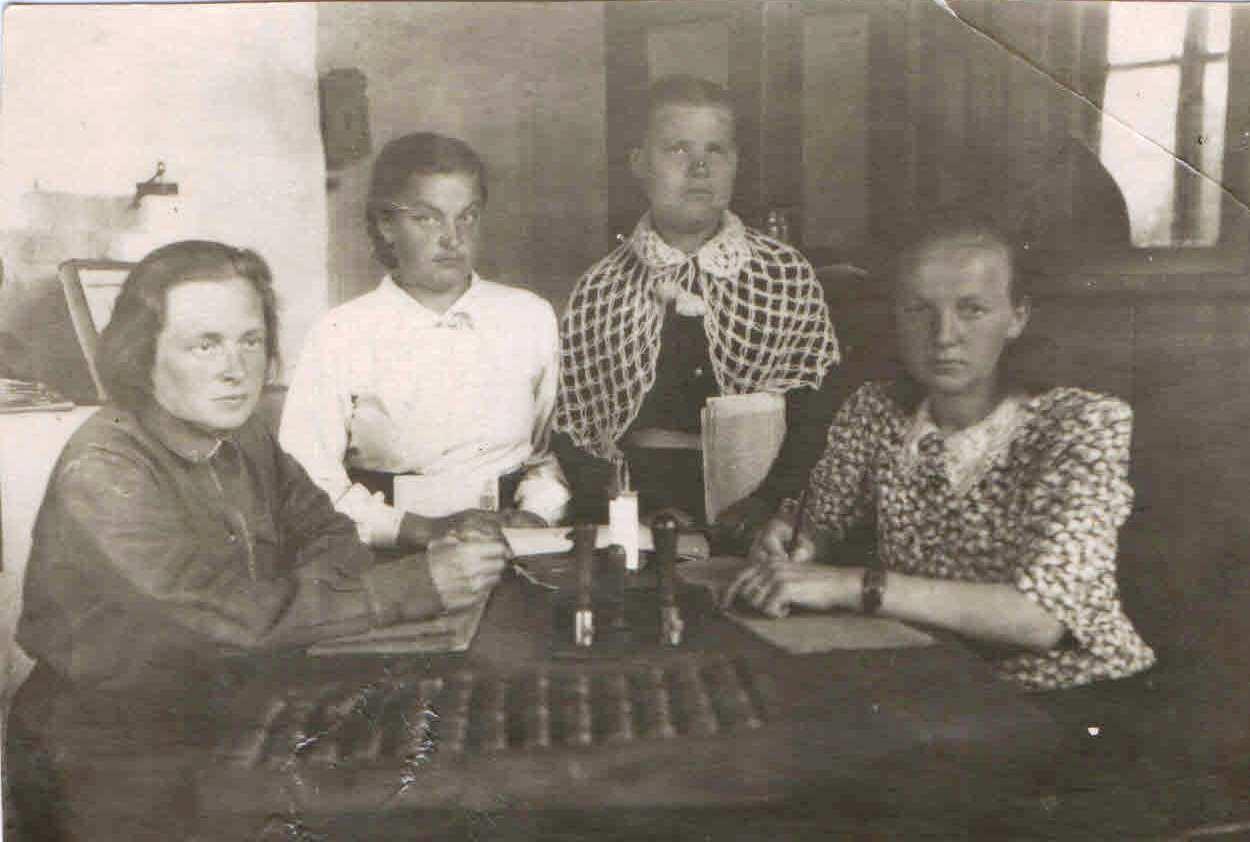 кон.1940-х нач.1950-х, п.Нянда. Сотрудники Няндской почты на работе. Семейный архив Геец (Богомолова) Ю.А., п.Урдома.