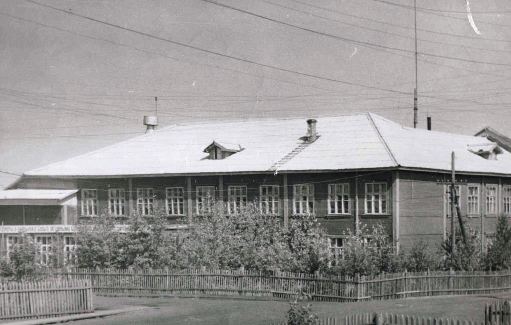 кон.1960-х, п.Урдома. Здание  Урдомской средней школы на перекрестке улиц Ленина-Центральная.
